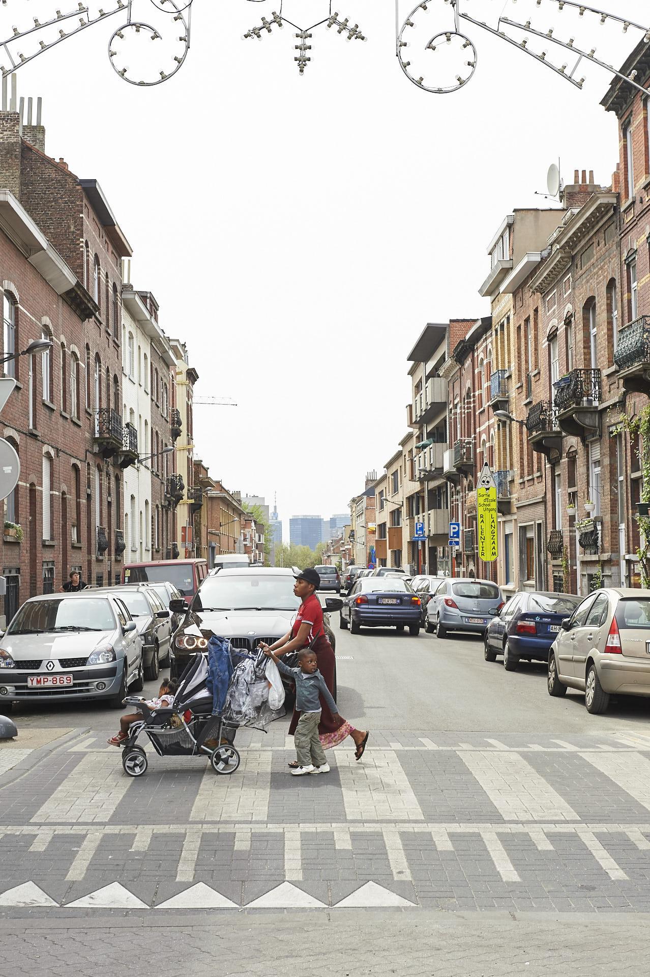 Schaerbeek, Brussel, gezin met kinderwagen op rotonde, bmw