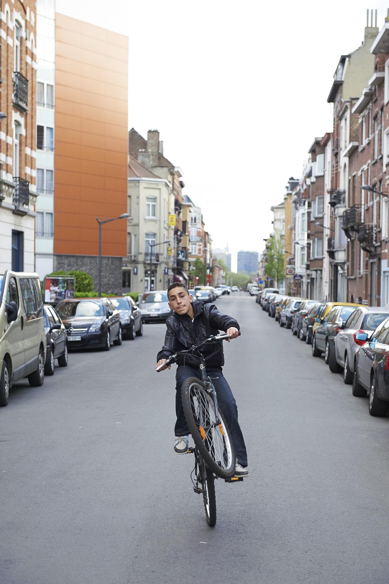 Schaerbeek, Brussel, jongen maakt wheely op fiets
