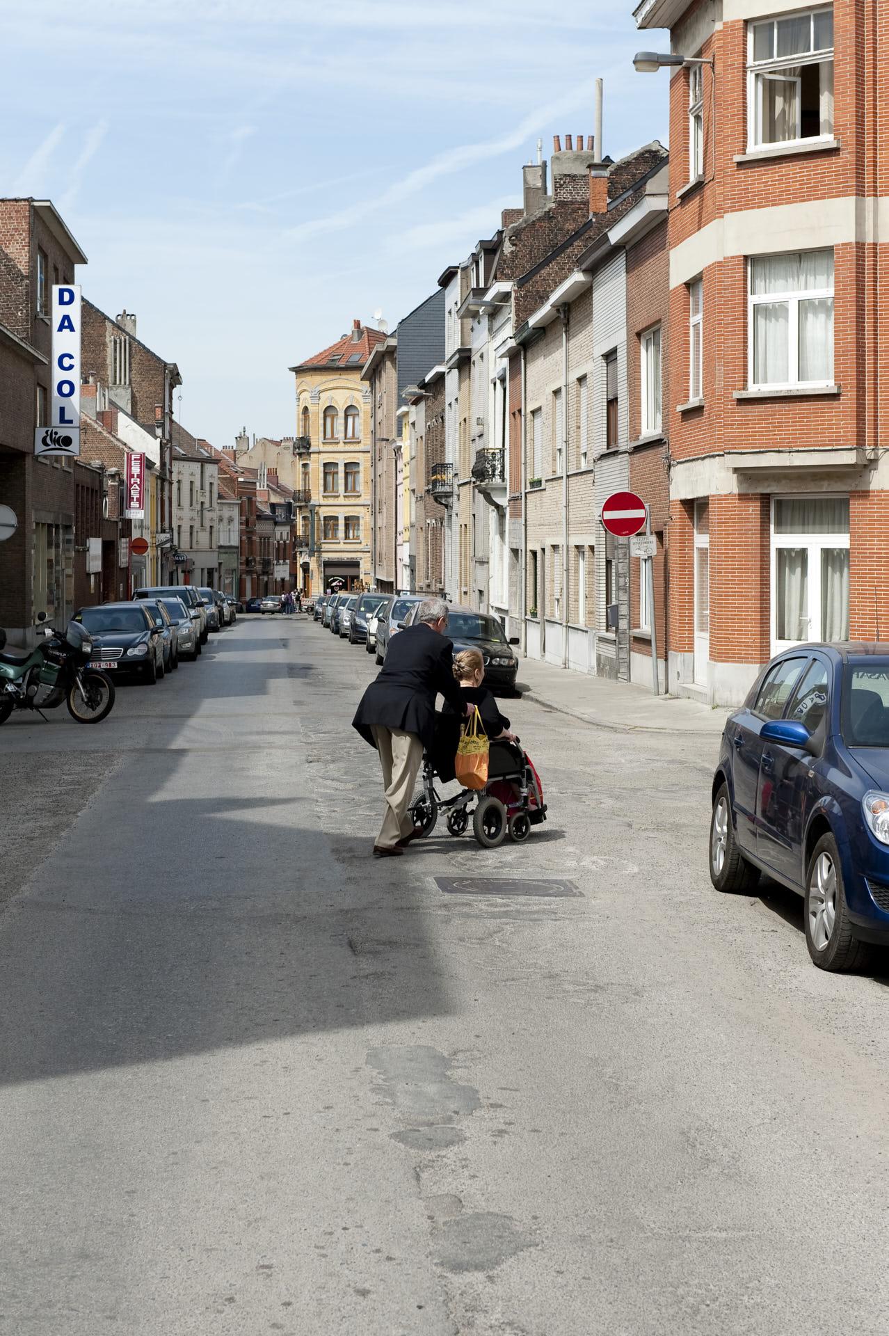 Schaerbeek, Brussel, man met vrouw in rolstoel