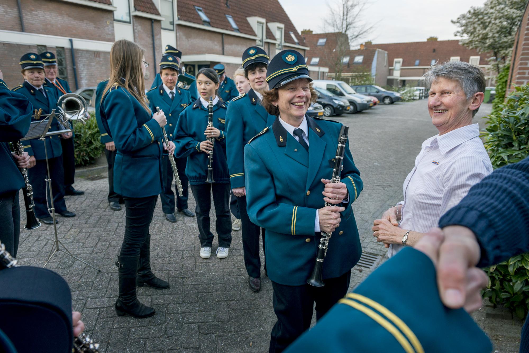 Fanfare speelt voor Marijke Plaizier te Stolwijk want Marijke krijgt een lintje