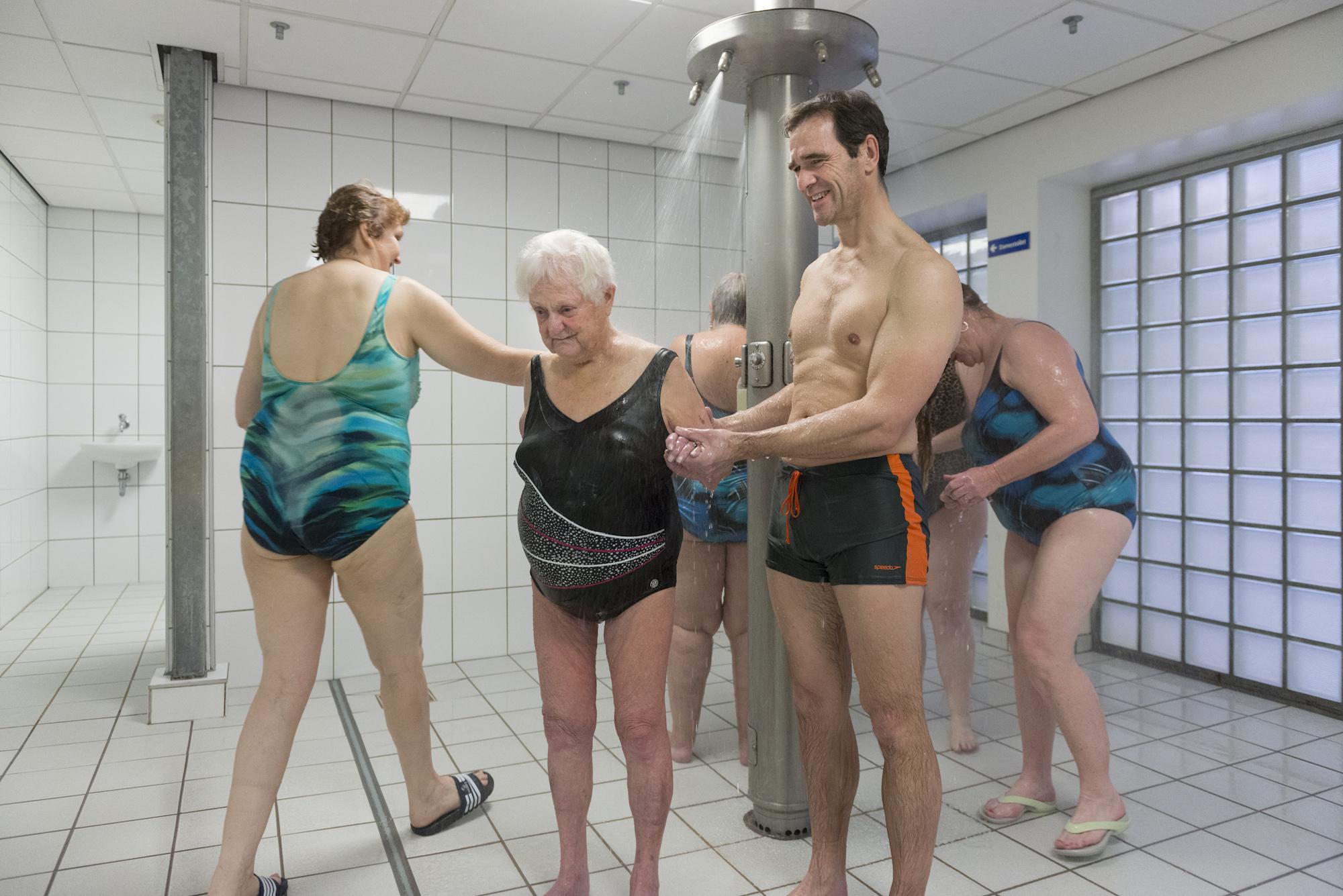 Maikel zwemt met tante, zwembad, douche, ouderen helpen