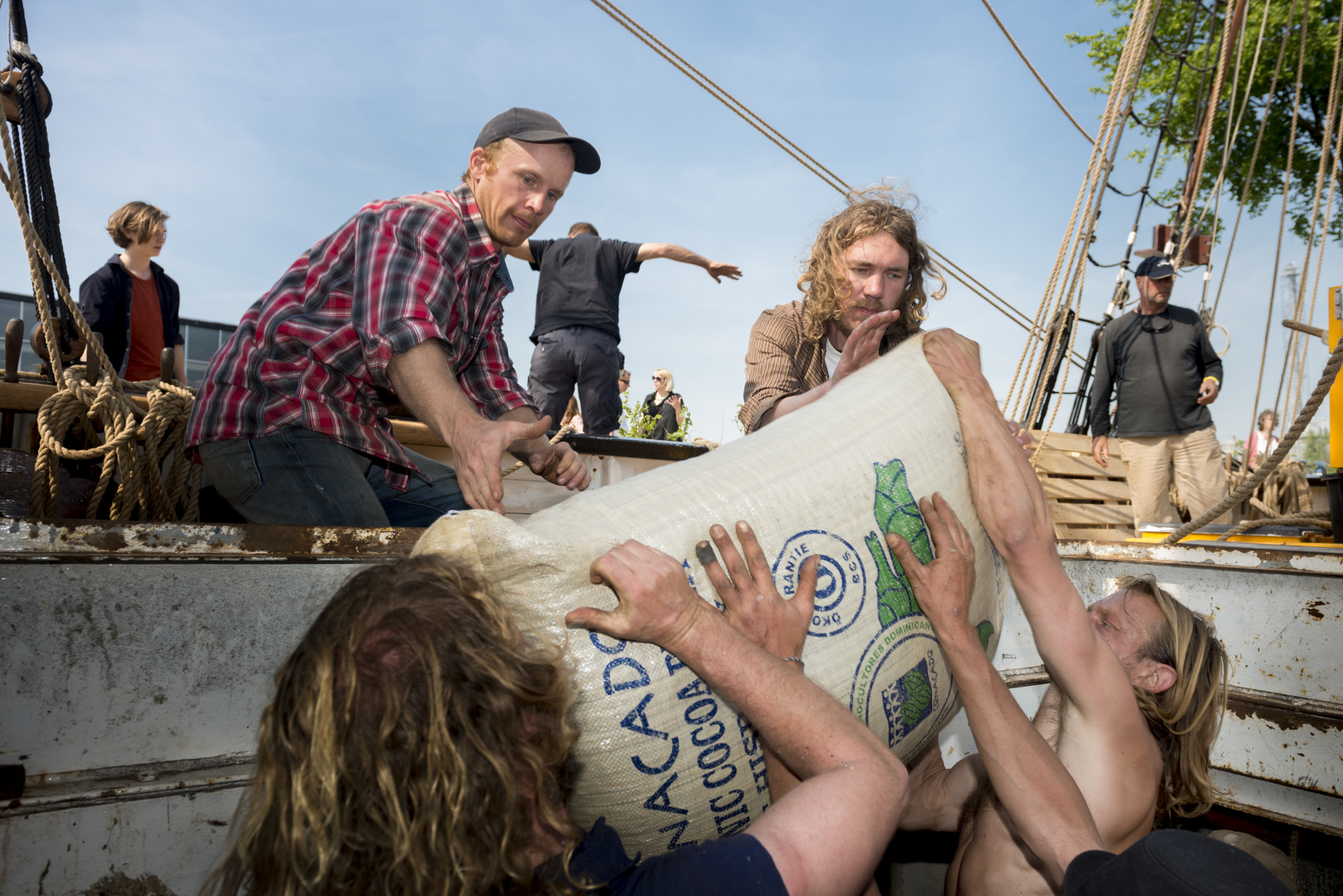 Tres Hombres zeilschip wordt uitgeladen door Jorne Langelaan en companen