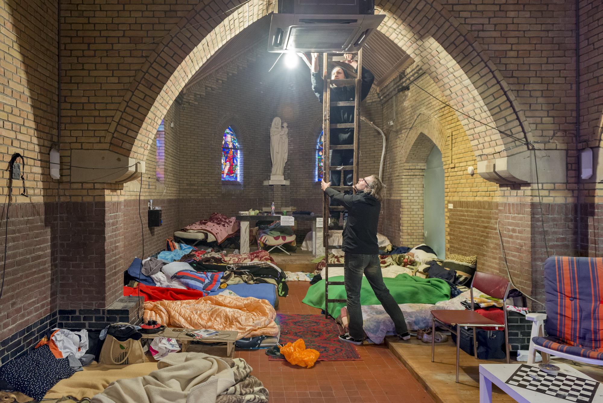 vluchtkerk Den Haag, verwarming wordt geinstalleerd