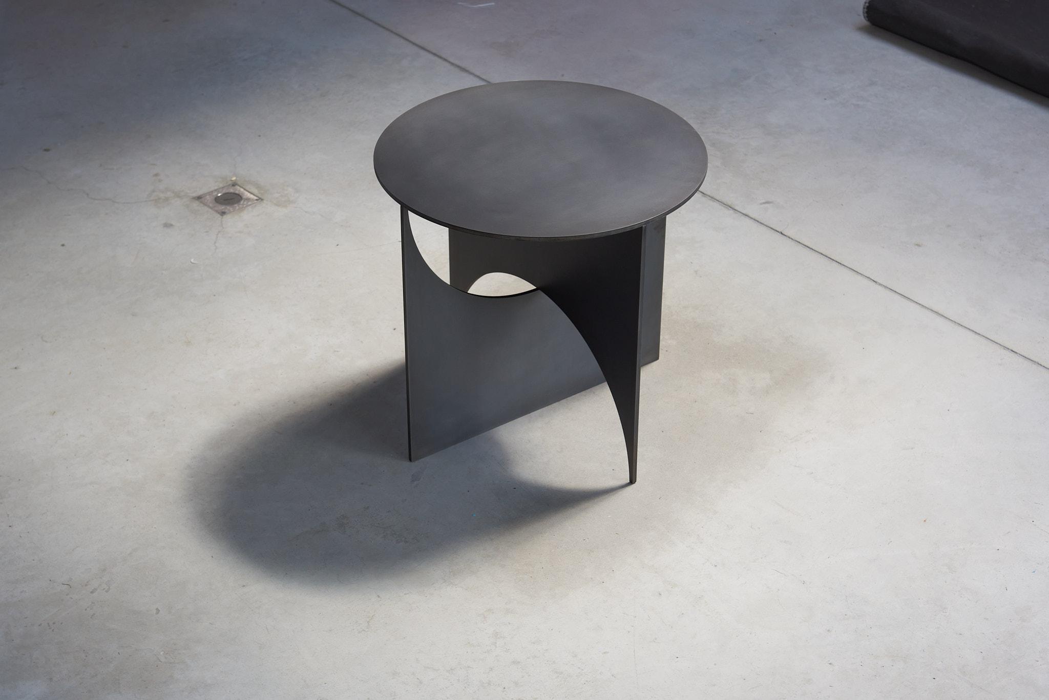 """Stalen design bijzettafel """"IRIS"""" , blackoxide patina op staalplaat"""