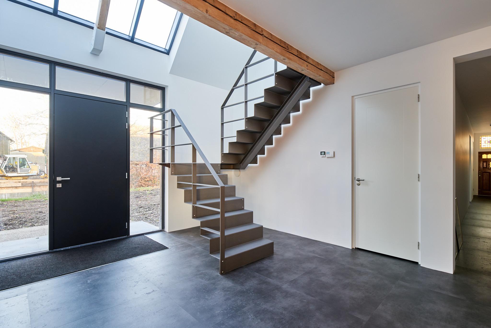 Stalen trap, grijs, staalplaat, gezet, woonboerderij