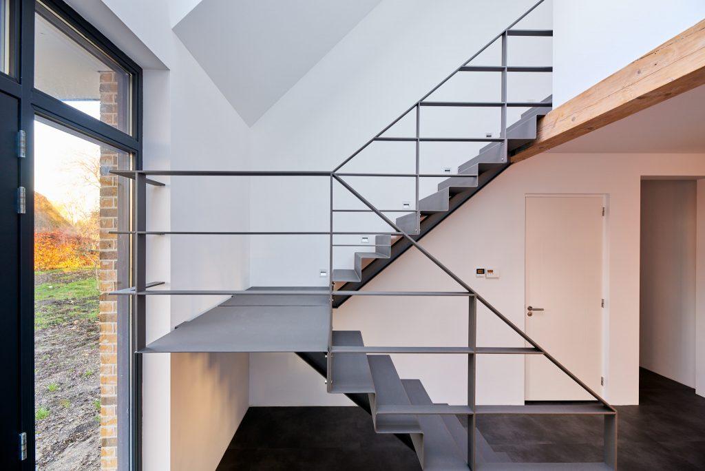 Stalen trap, grijs, staalplaat, gezet, woonboerderij stalen trapleuning