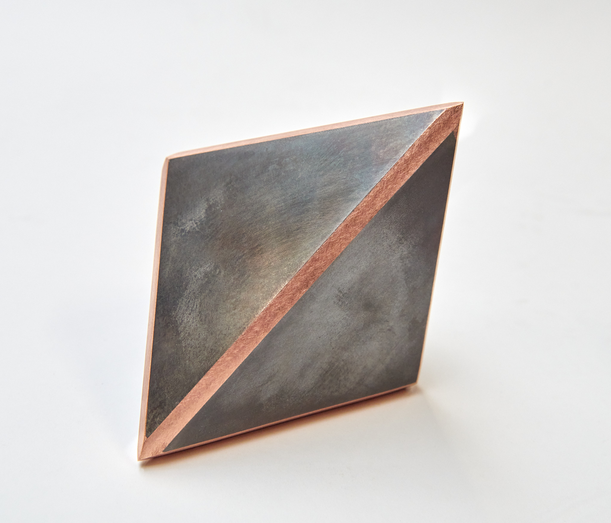 """Zicht op 2 vlakken van het kunstwerk """"delen van een kubus"""""""