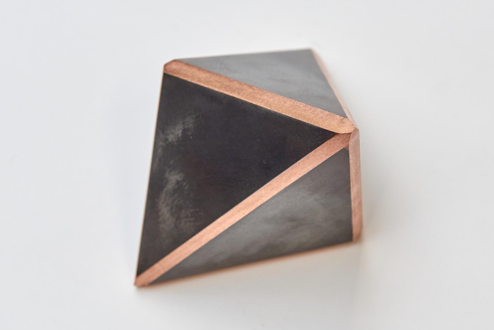 """Verrassend zicht op het kunstwerk """"delen van een kubus""""."""