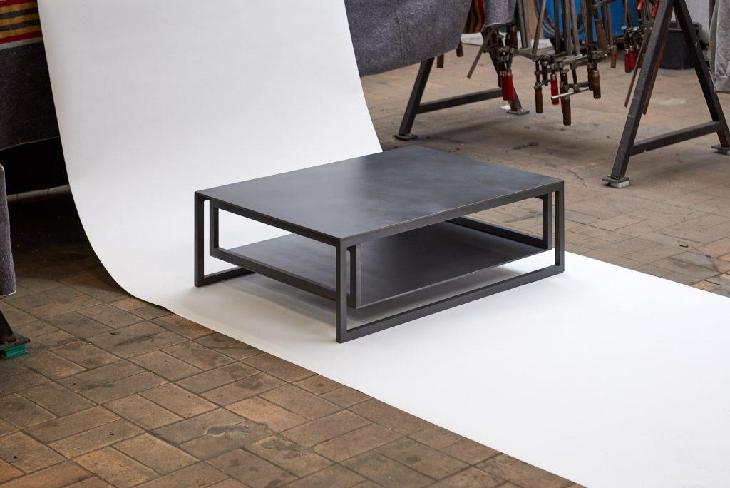 Stalen salontafel, donker, 2 platen en een massief stalen frame